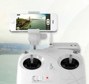Smartphones wie das Apple iPhone oder das Samsung Galaxy S4 können auf der Halterung der Fernsteuerung mit nur kleinem Aufwand montiert werden.
