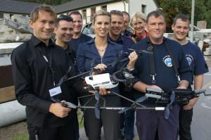 Im Einsatz wertvoll: Ascending Technologies aus Krailling übergibt der deutschen Hilfsorganisation I.S.A.R. Germany eine hochinnovative Mini-Drohne. So sollen künftige Katastrophen besser überwacht und Einsätze in Krisengebieten besser geplant werden.