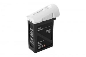 Wahlweise bietet DJI neben dem serienmäßigen 4.500 mAh starken LiPo-Akku auch einen optionalen 5.700 mAh-Akku an. Beide Energiespeicher verfügen über das typische Energie-Management, das Daten wie die verbleibende Distanz errechnet und bei Bedarf den RTH-Modus einleitet. Außerdem können Daten wie die Spannung der einzelnen Zellen, die Akku-Ladung, die Akku-Lebensdauer oder die Akku-Temperatur per Telemetrie auch in Videobrillen angezeigt und in das FPV-Bild per DJI Pilot App eingeblendet werden.