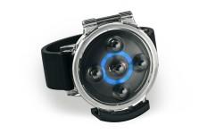 Das Tracker Device kann in einem beigelegten staub- und wasserdichten Schutzgehäuse untergebracht und am Arm- bzw. Handgelenk befestigt werden. © http://www.lily.camera